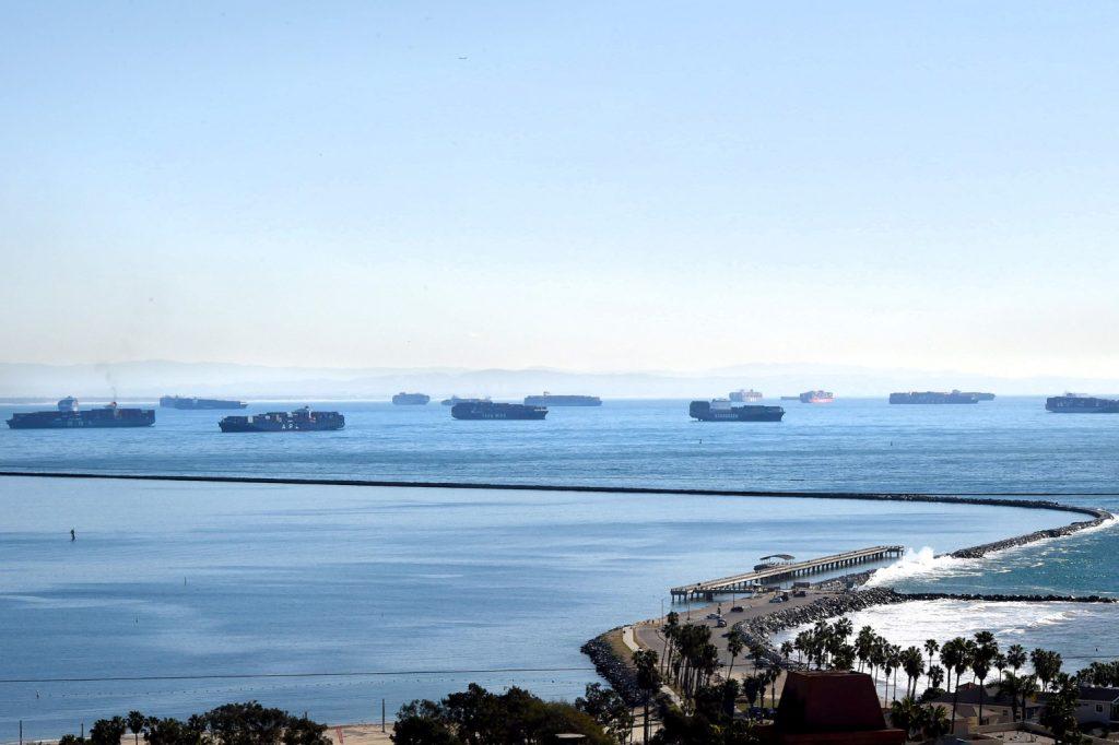 ロサンゼルス・ロングビーチ港沖で入稿できずに停滞しているコンテナ船。